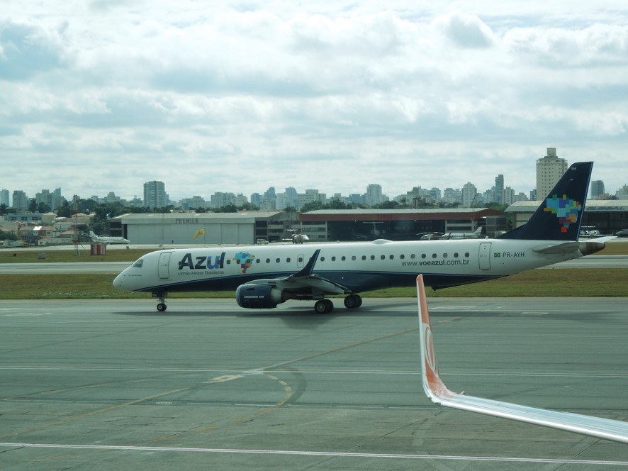 サンパウロ空港にてアズール航空の機材
