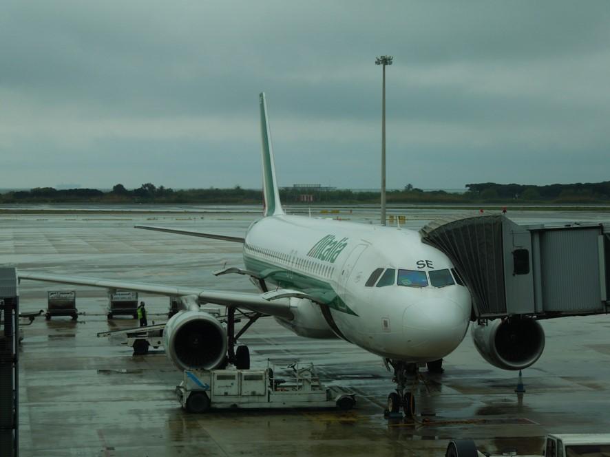 バルセロナ空港にてアリタリア航空の機材