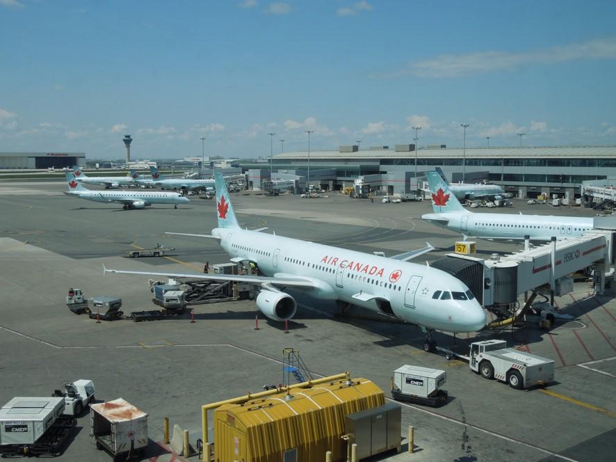 トロント空港にてエアカナダの機材