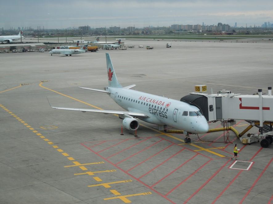 トロント空港にてエアカナダのエンブラエル機材