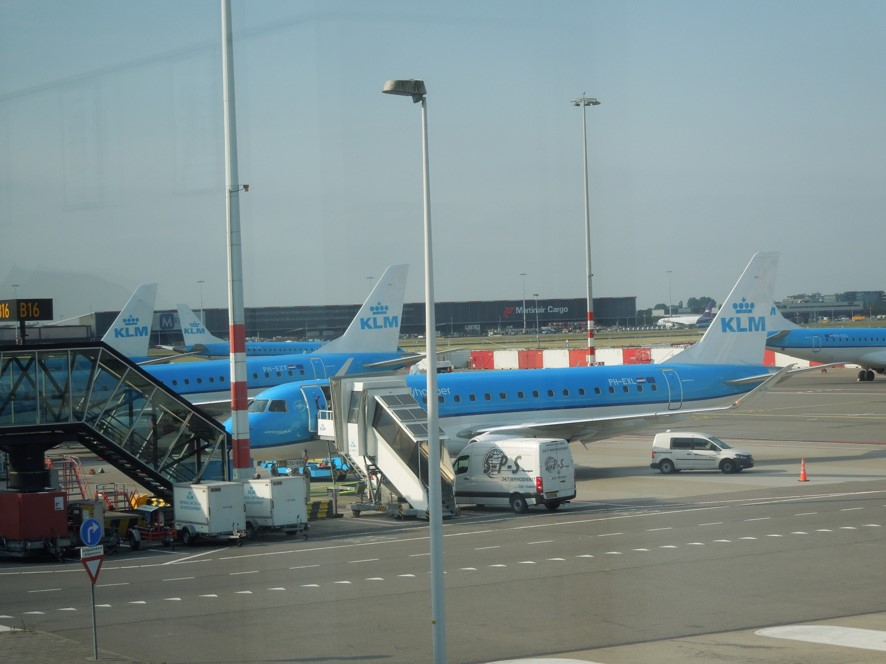 アムステルダム空港にてKLMのエンブラエル機材