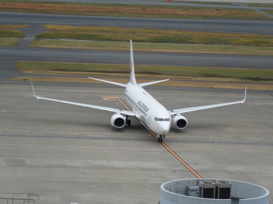 駐機場まで地上走行する飛行機