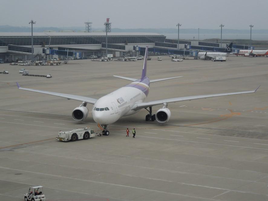 ブッシュバック中の飛行機