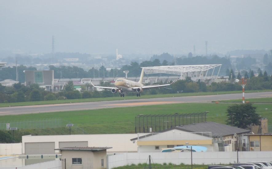 着陸するFDAのERJ175