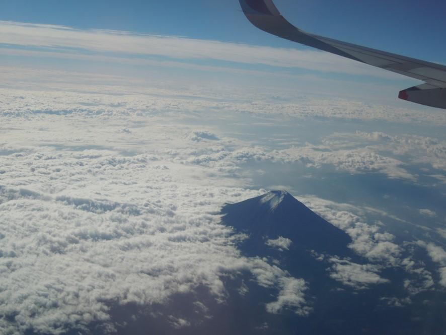 富士山の北側を通過する飛行機