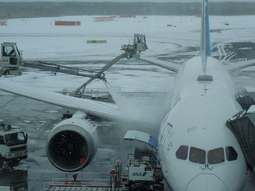 防除雪氷液をかけられる飛行機