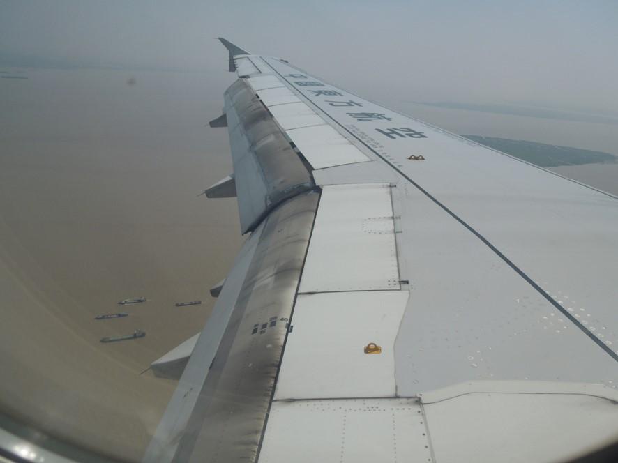 着陸フラップをセットした飛行機